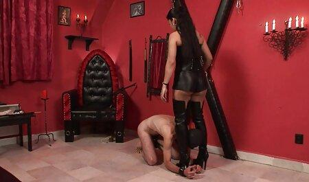 La film porno lisbienne blonde aux gros seins Vyxen Steel prend une grosse bite noire à l'extérieur