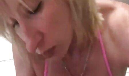 Jap MILF porte dans un nouveau canapé film lesbienne xxx avec son amant