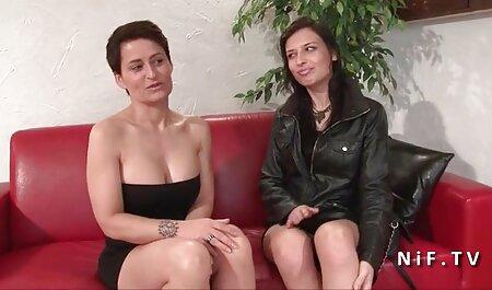 Myrna Joy - Barman aux gros seins Public Flash - Ramassage public lesbienne nue xxx